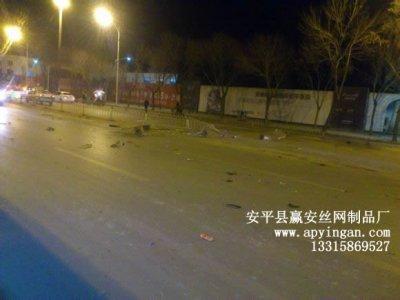 人民路公路护栏被撞烂