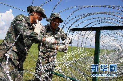 新疆邊防團架設二道刀片鐵絲網