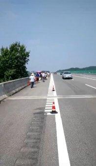上百村民破坏高速公路护栏网为哪般?