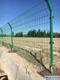双边护栏网预埋立柱深度是多少