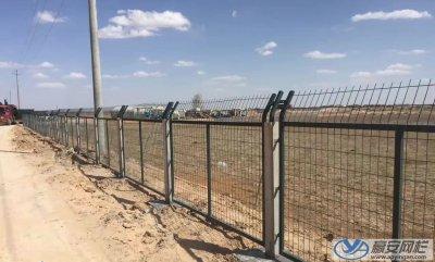采用水泥立柱的铁路护栏网