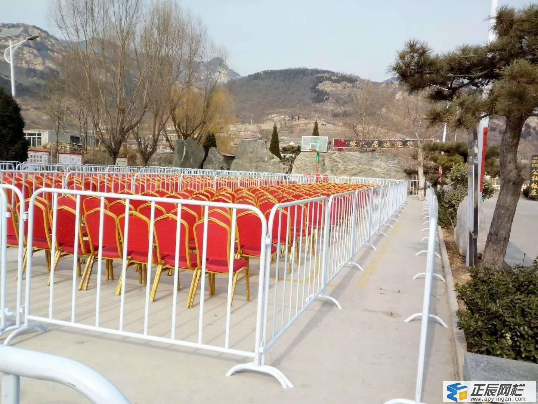 铁马护栏图片