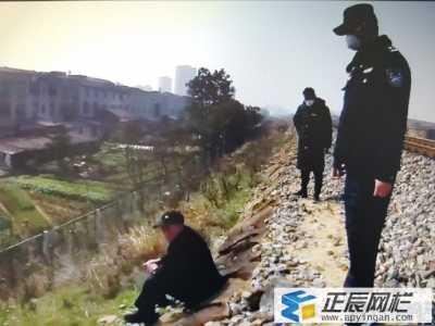 老人翻越铁路护栏网为散步惹麻烦